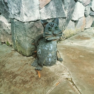 the back patio is protected by a wrought iron cat.  feelin' safe, you guys.